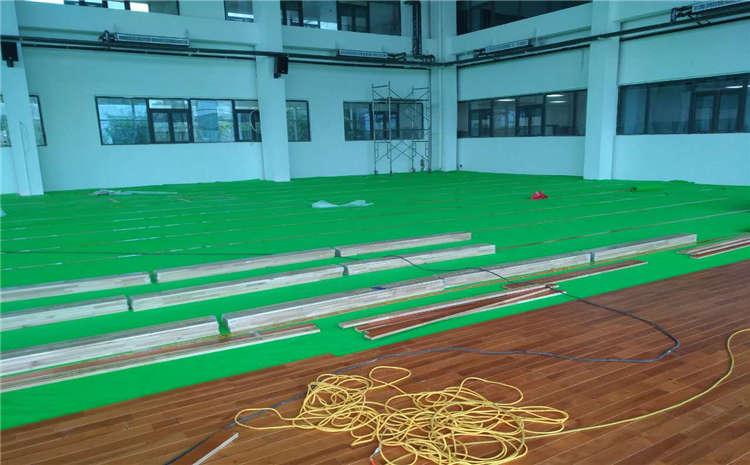 篮球场木地板变色的原因