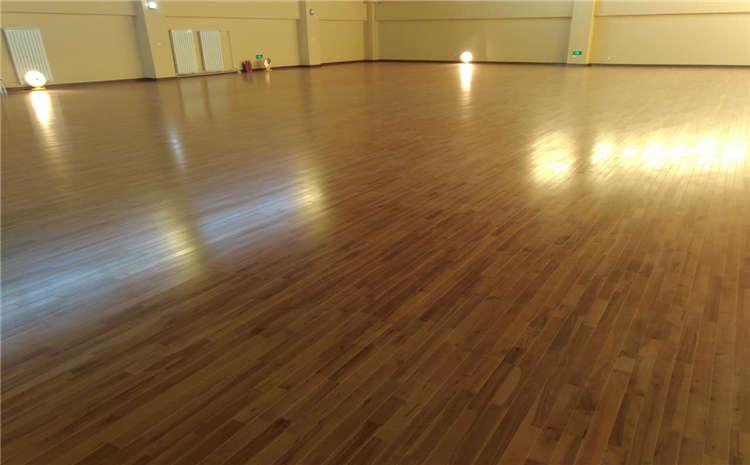 篮球场木地板维修是翻新还是更换