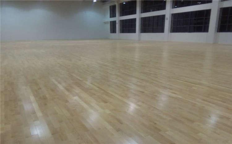 篮球场馆地面铺装用什么木地板?